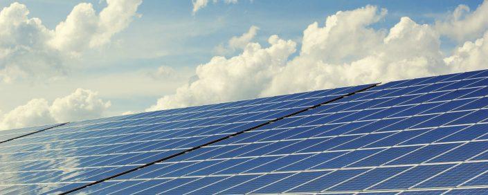 Bild von einer photovoltaikanlage und dem Himmel